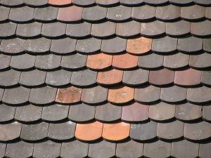 Bobrovka dostala své jméno podle svého tvaru, připomínající ocas bobra. Používá se na střechy se sklonem větším než 35 stupňů. Foto  ANKAWÜ, licence CC BY-SA 3.0.